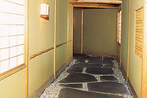 敷石に使われる鉄平石 (2)